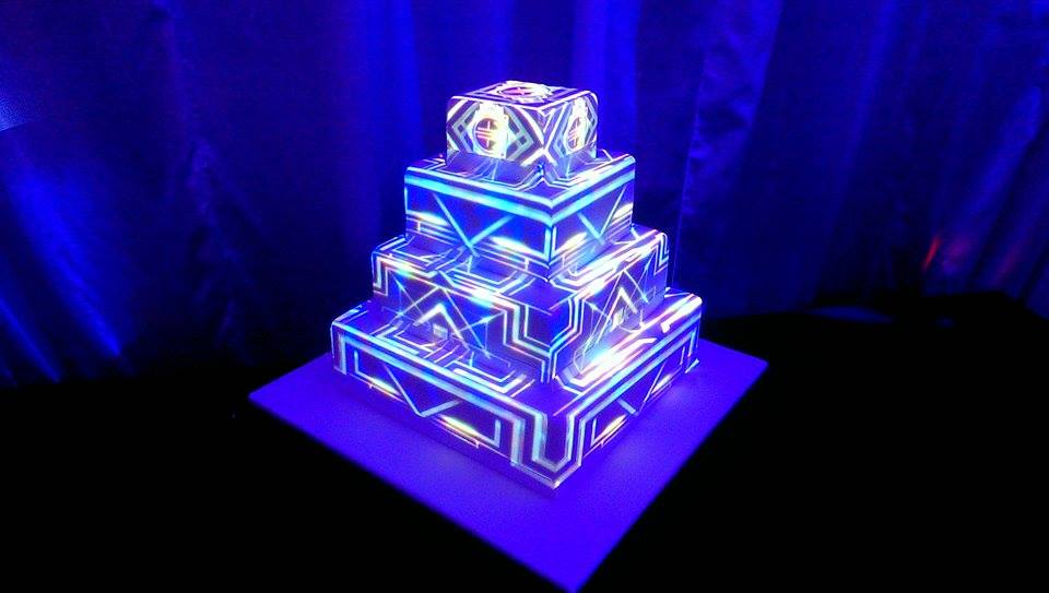 Wedding-cake-with-lights-and-projectors