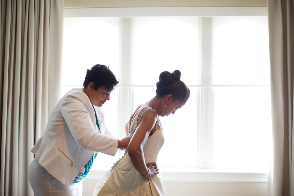 Bride gets ready for wedding at University Club of Chicago