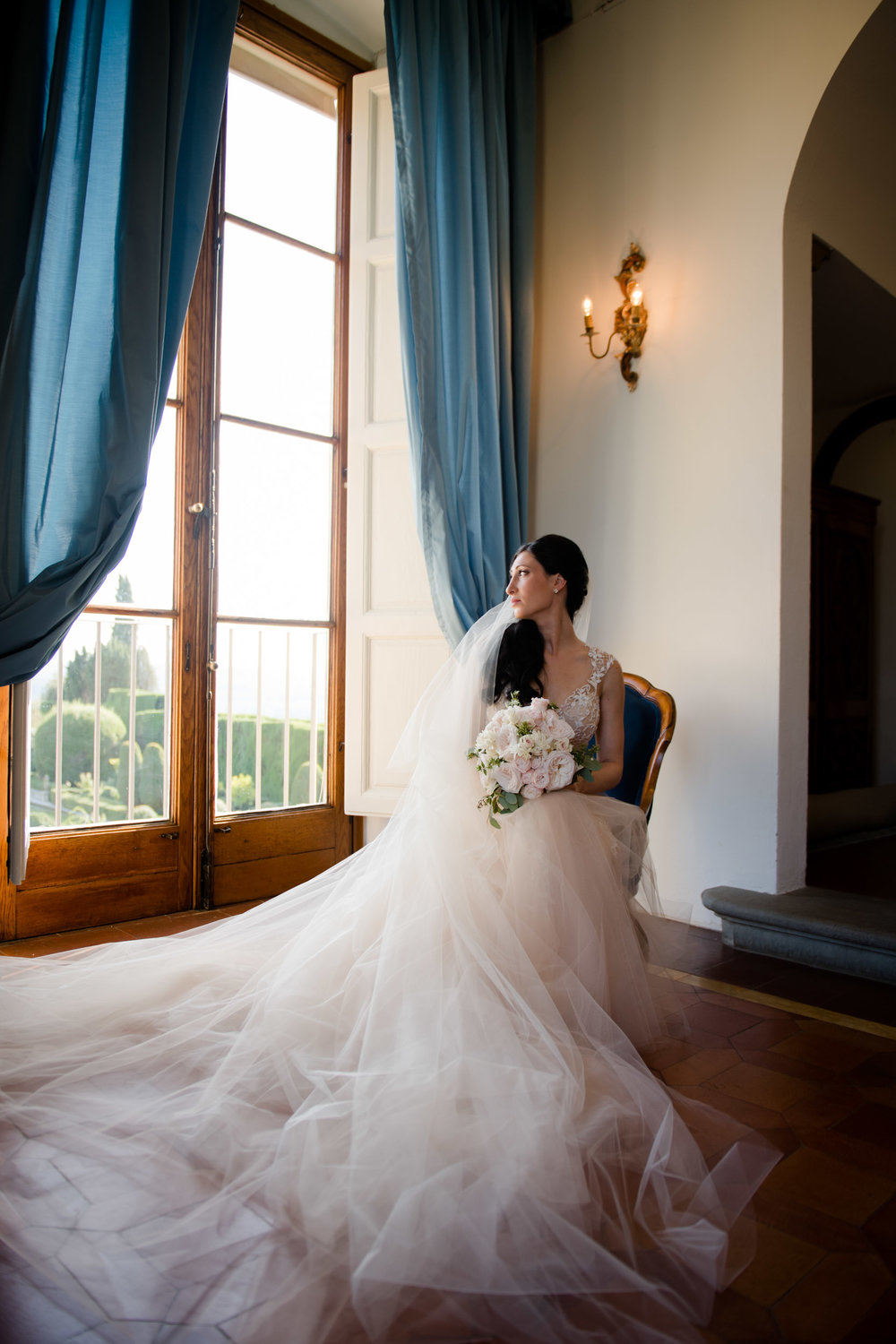Bridal photos in Tuscany at Villa Gamberaia