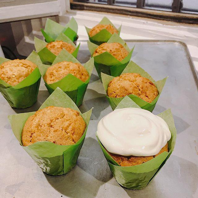 Lo mejor de nuestra tarta de zanahoria 🥕 en Muffin ✨✨😉con su especial crema de Yogur Griego, queso crema y agave ✨✨✨#teregalosalud #singluten #glutenfree #tartadezanahoria #muffin #madridsingluten #madrid