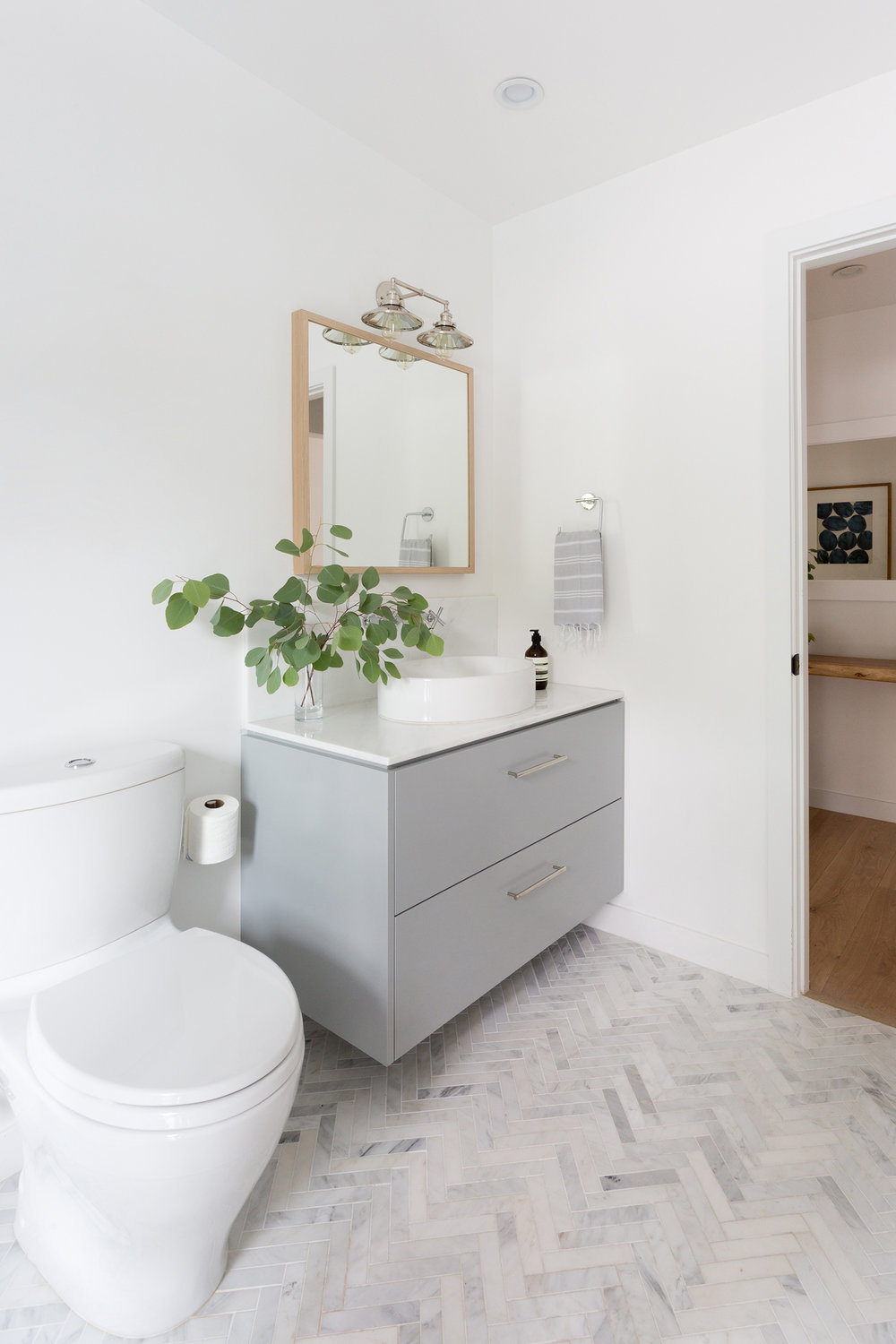 Warm minimalism bathroom design by Carly Waters Style