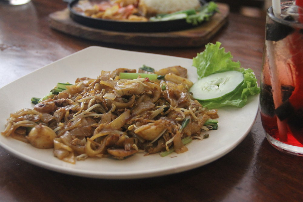 Wide fried noodles (char kwetiau).