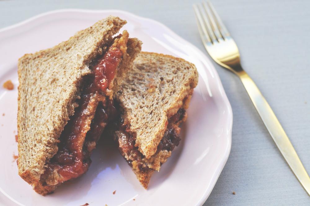 Sandwich de crema de avellana y mermelada de fresa