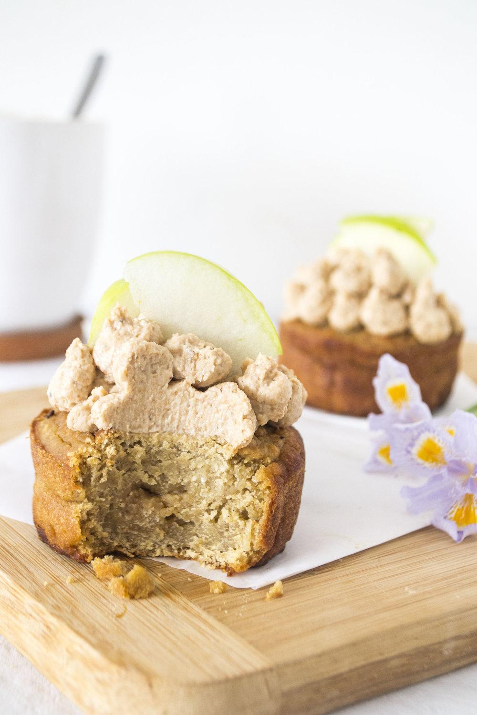 Cupcakes de garbanzos, banana y coco, con crema de anacardos