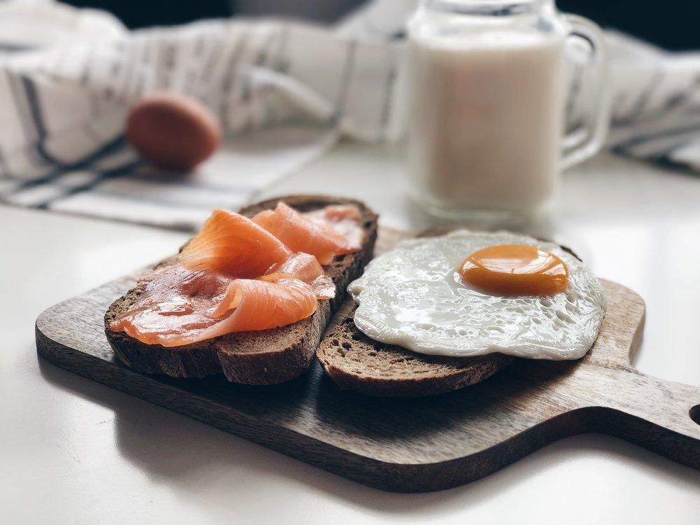 tostada de huevo a la plancha y salmón