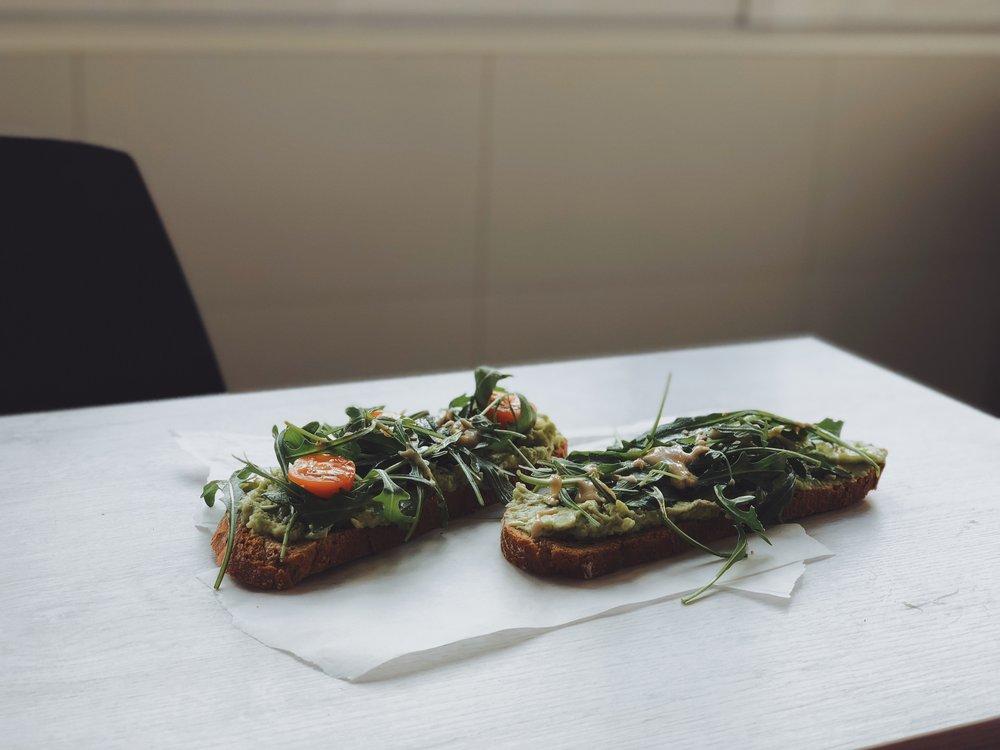 tostada vegana aguacate rucula tahini