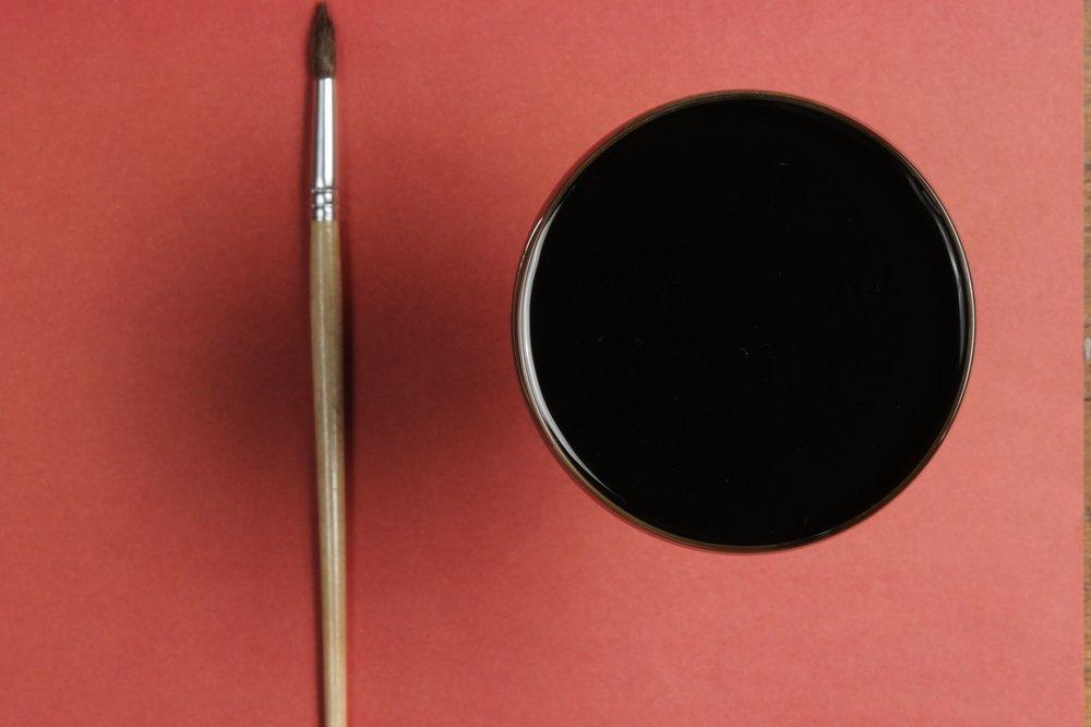 Коктейль №1Черное на красном - ИнгредиентыAuchentoshan American OAK –35 млЧернила каракатицы –1 млЕжевичный кордиал* –20 млBrancott Pinot Noir –50Galliano Vanilia –5* Ежевичный кордиал ПФ: Ежевика мороженая –550 г, сок лимона –200 мл, сахар –550 г, вода – 600 г (1. Ежевику с сахаром и водой соединить в блендере и после перелить в сотейник 2. Довести до кипения, растопив сахар 3. Добавить лимонный сок 4. Прокипятить в течении 3 минут 5. Остудить и отфильтровать через чайный фильтр)