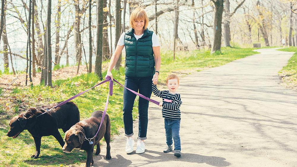 Valerie Pringle, coprésidente de la Fondation du STC et sa petite-fille Audrey avec ses chiens Mo et George sur le sentier récréatif de la rivière Niagara. SAMANTHA ERIN PHOTOGRAPHY