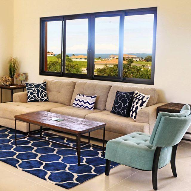 ¿Logras ver más allá de estos muebles? Presta atención a la vista por la ventana 👀👀👀 ¡Belleza! Sé dueño de tu propia casa de playa, déjanos tu correo 🙌 #AndromedaPedasi #BeachHouse #view #beauty #Panama.