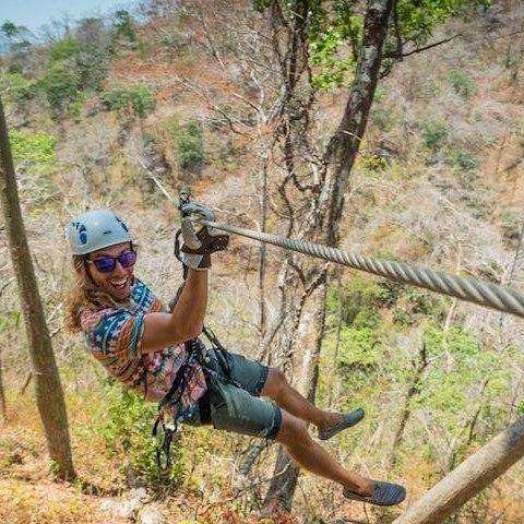 Hoy teníamos ganas de aventura y eso fue lo que obtuvimos 💪. Este mega #zipline, aquí mismo en #Pedasi, abarca más de 3 km de selva tropical dejándote disfrutar vistas panorámicas del océano y sus islas. ¡Menciona a tu amigo aventurero! #YesPlease 🆒 #adventure #landscape #rainforest #OutdoorsFun #VisitPedasi.