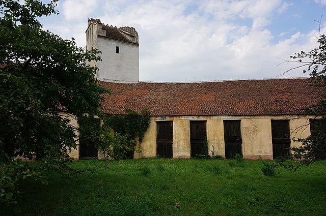640px-Curtea_interioara_a_bisericii_fortificate.JPG