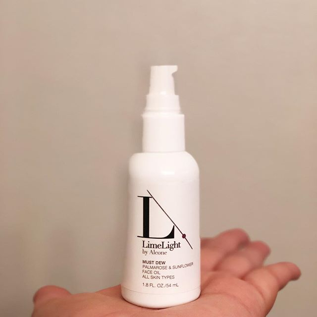 I have found my winter skin saver! This is Must Dew, a facial oil blend from @limelightalcone. I committed to using facial oils a few years ago after my post-partum skin changed drastically. Since then, I've been on the hunt for rich enough ones that don't make my skin feel weighed down. If you've never tried LimeLight by Alcone, you should fond your local consultant and check them out. . . . . #limelightbyalcone #skinfirst #facialoils