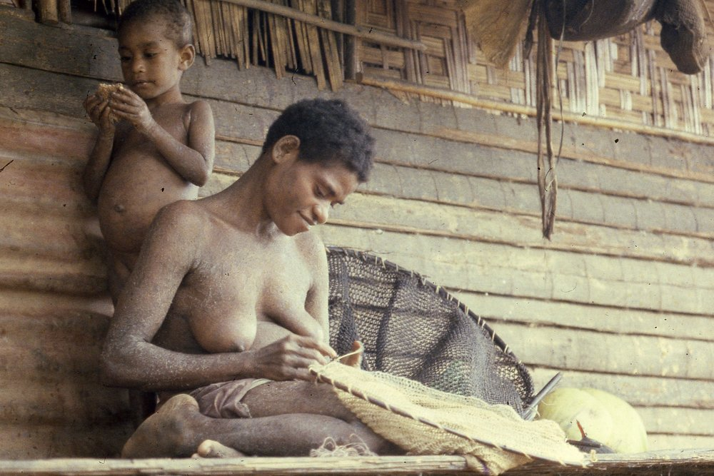 Abau woman making fishnet, Wagu, 1982 (Photo M.MacKenzie).