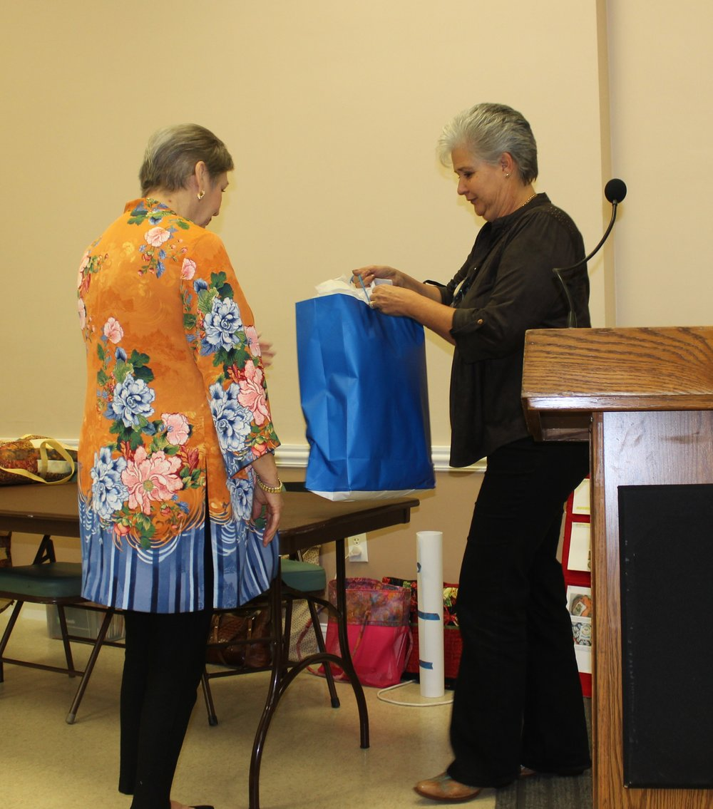 President Ilona Farnes presenting Presdident's quilt.JPG