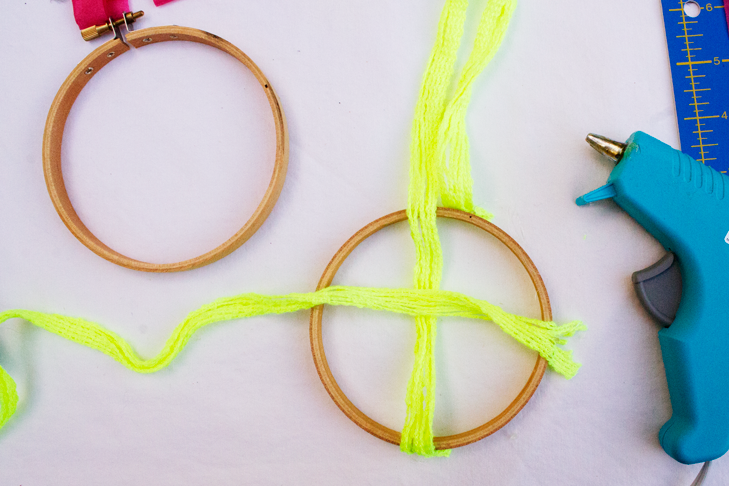 everyday-enthusiastic-diy-party-chandelier-embroidery-hoop