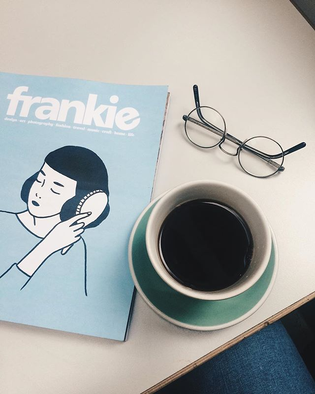 Simple pleasures of London life 🙌 #goodcoffee #readingtime #chillingmode #pastelcolours