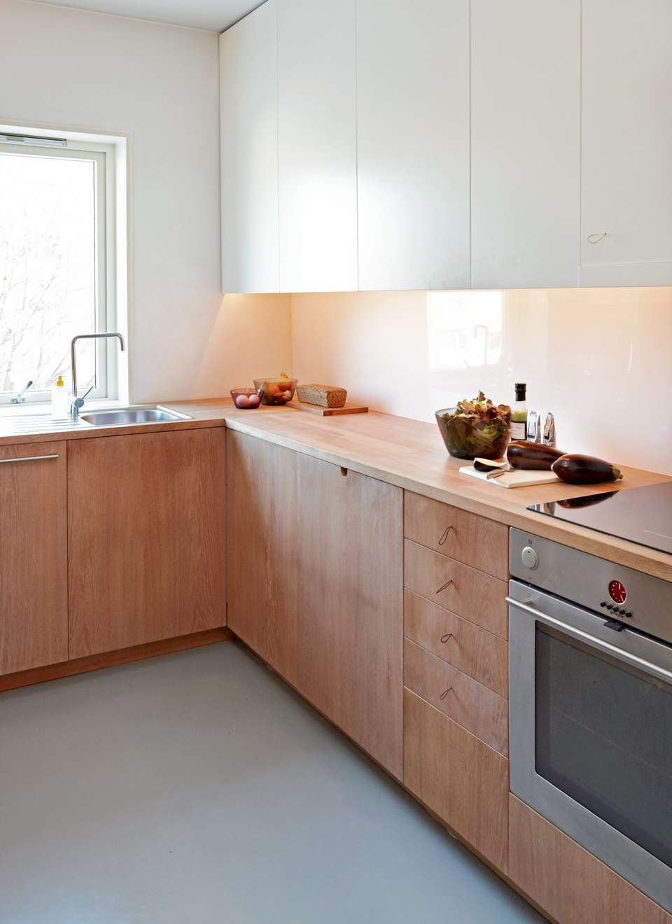 notice the shoe lace handles, are they effective?  looks great though.  Norway kitchen via  klikk.no