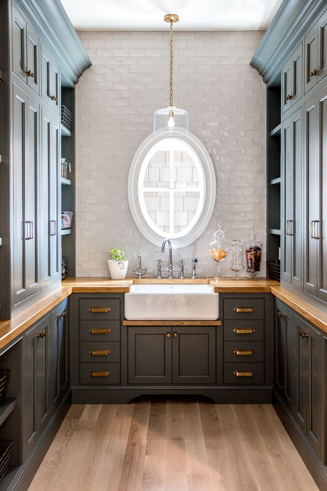 This is grand, isn't it? It's also a lesson in perfect symmetry. Very pleasing on the eye.   made by:  christopherscottcabinetry.com