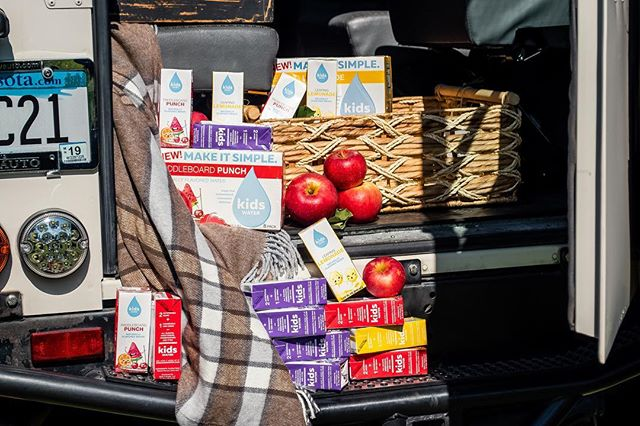Saturdays are for adventuring. Pack up the kids and go for a drive! Check out the changing leaves and don't forget kidsWATER in your picnic! 🚗🍎 #kidswater #makeitsimple #boxedwater #adventure #picnic #activekids #healthysnacks #autumn #weekending #madebymoms #allnatural #fruits