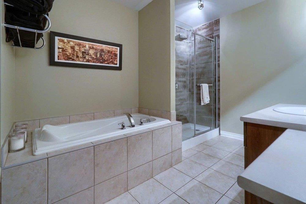 bathroom-4585-Ch-des-Prairies-app2-brossard-qc.jpg