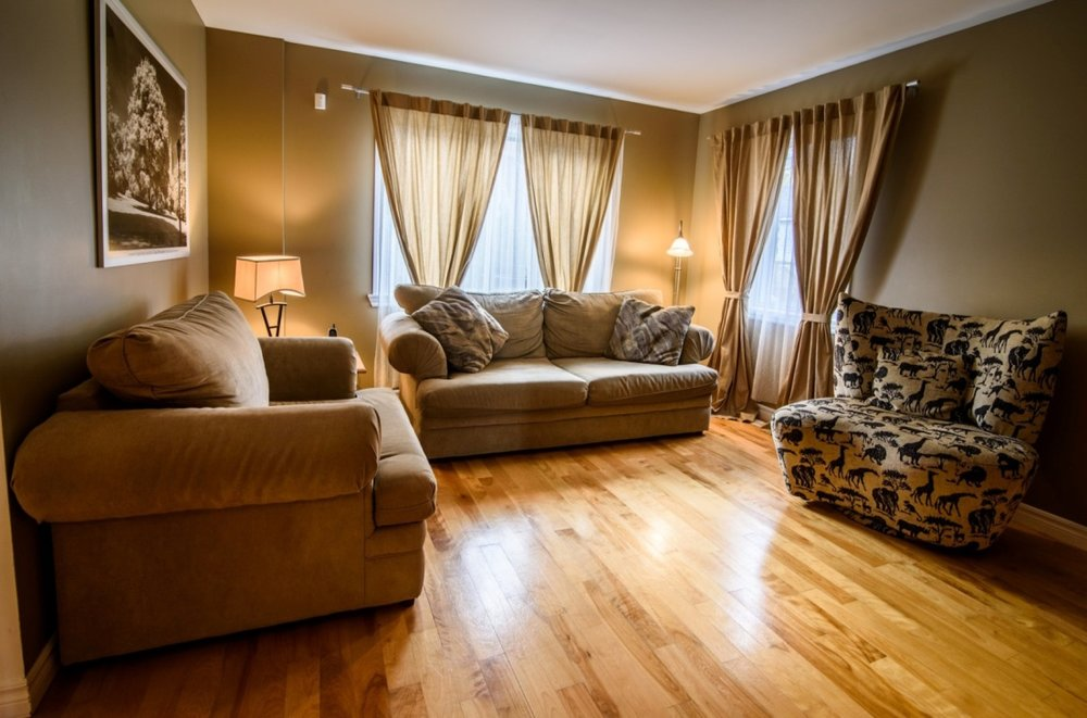 comfortable-living-room-renovated-floors-585-Rue-Doris-Greenfield-Park-qc.jpg