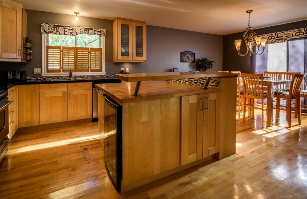 practical-kitchen-island-585-Rue-Doris-Greenfield-Park-qc.jpg