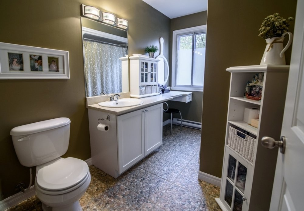 bathroom-585-Rue-Doris-Greenfield-Park-qc.jpg