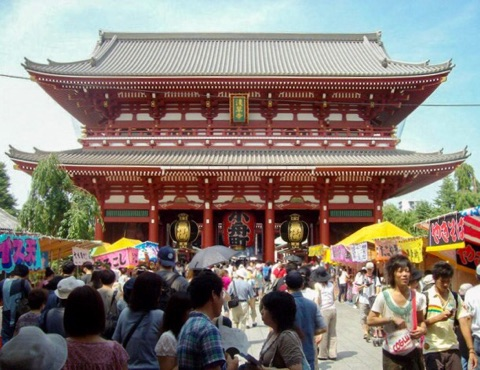 The Hōzōmon, or treasure house gate, leading to the Sensō-ji
