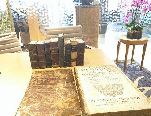 I bellissimi libri del 1700/1800, nella scrivania del mio ufficio. Dono apprezzatissimo da parte dello scrittore inglese Richard Hallam. #oldbooks #loveoldbooks #vecchilibri #libriantichi #fotografia #libri #bookstagram