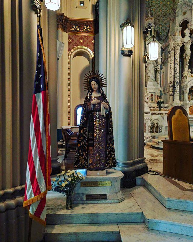 È una chiesa bellissima, ma l'idea di veder svettare la bandiera americana dentro una chiesa mi ha sempre infastidito.  #americanidol #italianamerican #madonna #chieseamericane #americanflag #blasfemy #Noncepiureligione