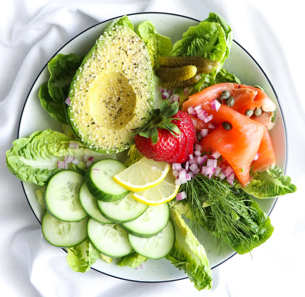 smoked salmon and avocado salad bowl lunch