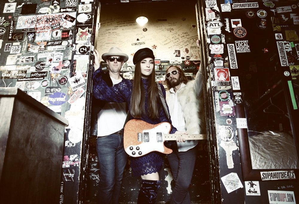 ANGELA PERLEY & THE HOWLIN' MOONS -