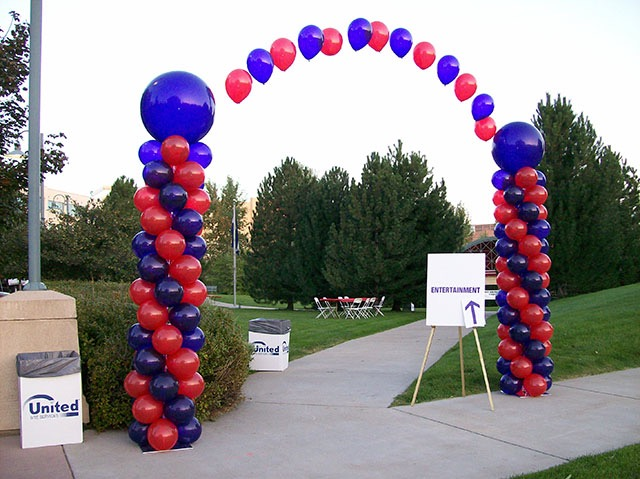 balloon-columns-with-string-arch.jpg