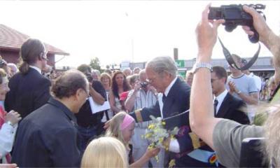 """""""Välkommen Kungen"""". Kungen får blommor av Malin Nilsson."""