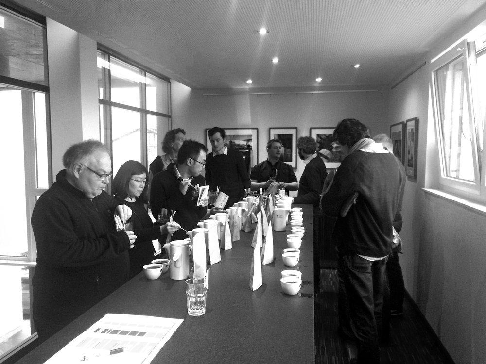 Einige der insgesamt 34 Teilnehmer am Preshipment-Cuptasting am 22. Februar 2017 im Coffee Consulate in Mannheim;Foto: Ingo H. Klett für die © WEBER Packaging GmbH, 2017