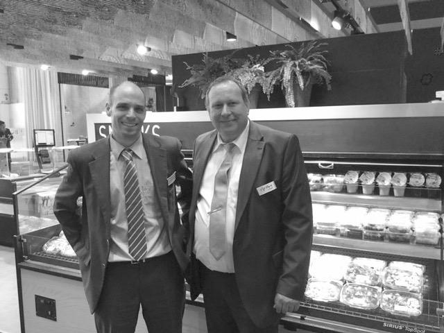 WEBER Produktmanager Christoph Schneider (links) sowie WEBER Verkaufsberater und Koch Ralf Kempe (rechts) am gestrigen Fachbesuchertag auf der EuroShop 2017 in Düsseldorf. Foto: Privat für die © WEBER Packaging GmbH, 2017