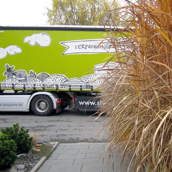 """Die sprichwörtlich """"grüne"""" WEBER Logistik mit einem Motiv aus der Schwäbischen Toskana. Illustration: Ingo H. Klett für die © WEBER Packaging GmbH; Foto: © WEBER Packaging GmbH"""