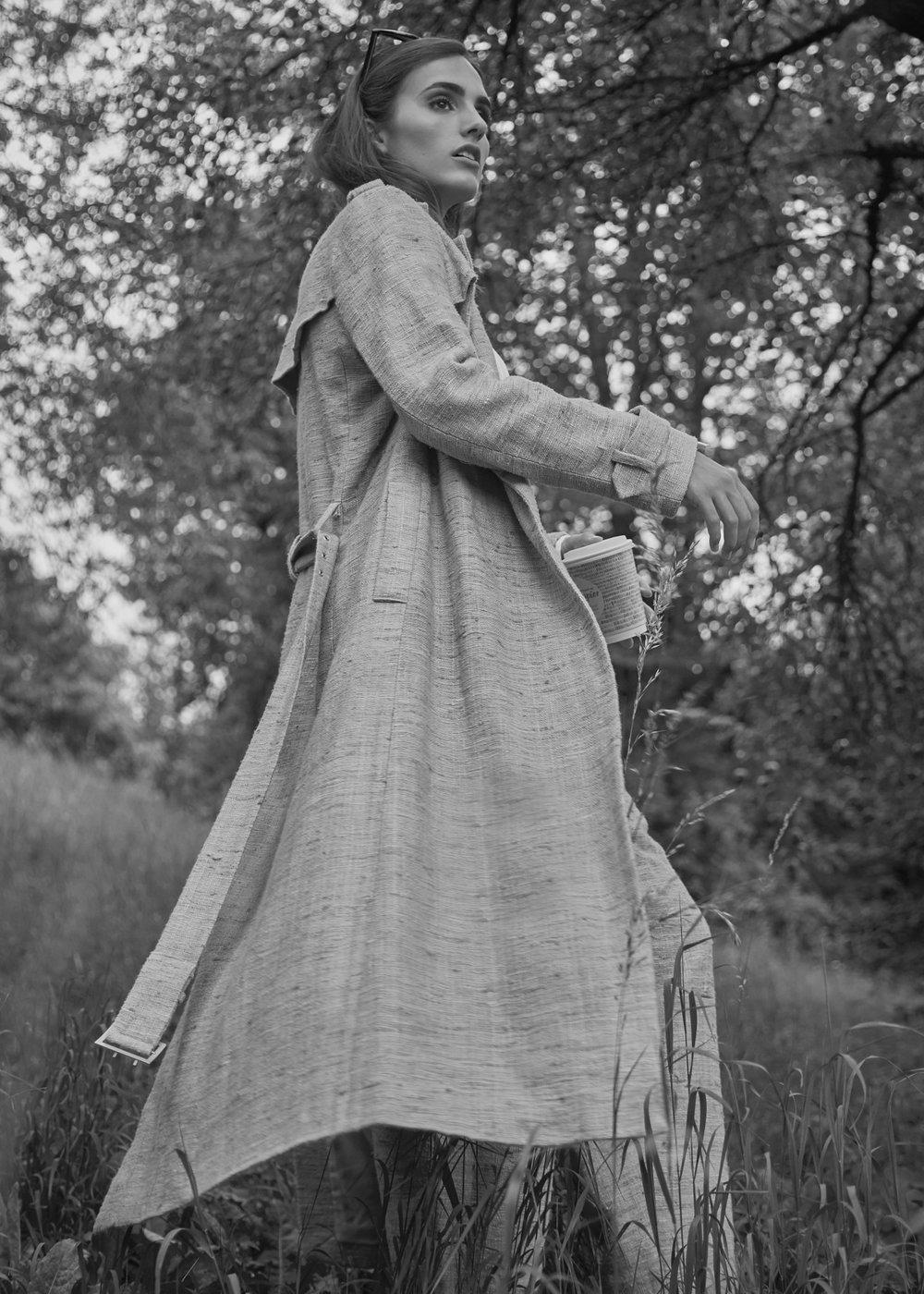 Fotomodell  Laura 'Line' Pittana  entdeckt in München den  Graspapierbecher  für sich. Foto:  christinakapl.at  für die © WEBER Packaging GmbH, 2018