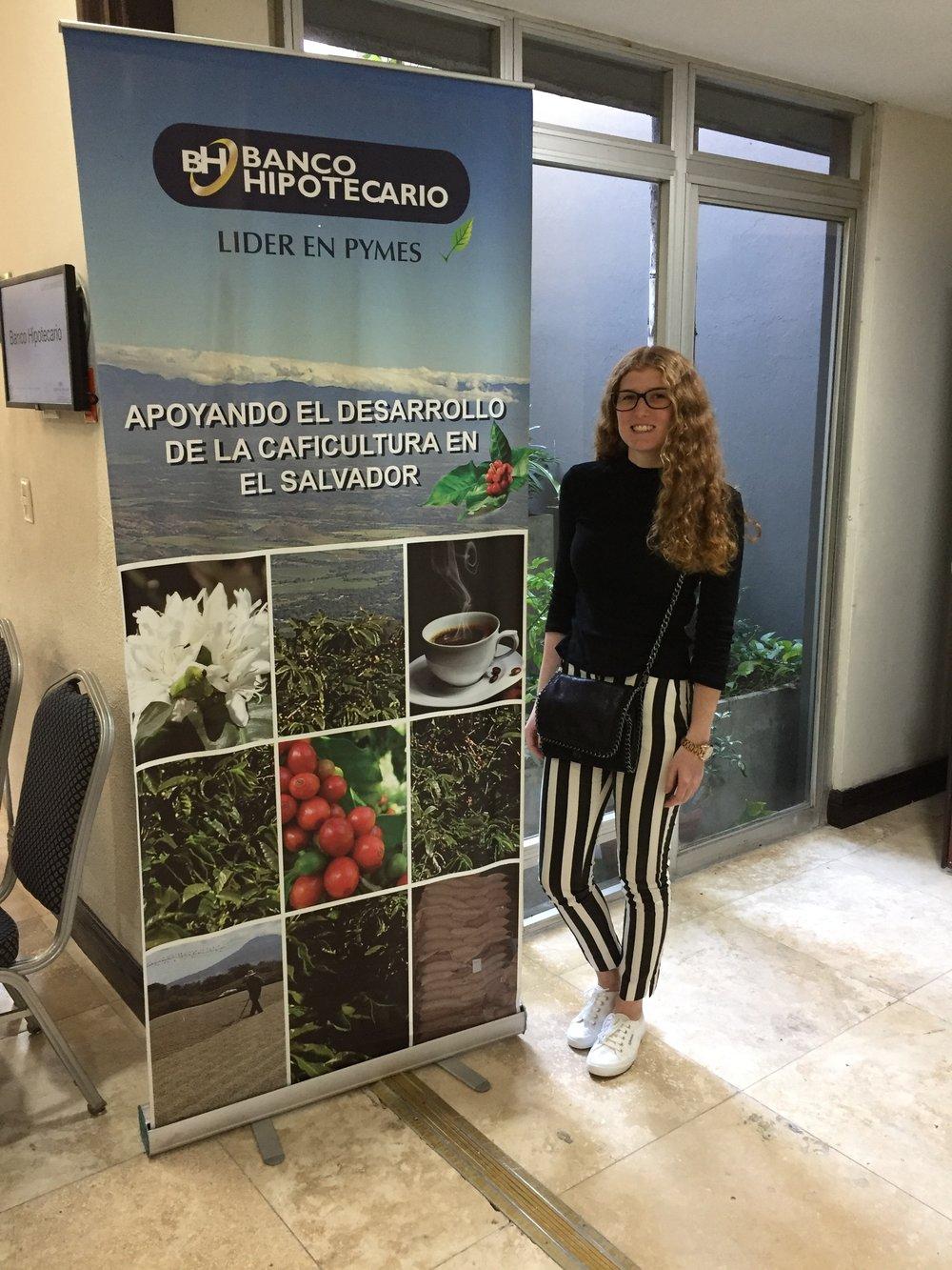 Der Satz auf dem Banner bedeutet: Unterstützung der Entwicklung der Kaffeekultur in El Salvador. Foto: © WEBER Packaging GmbH, 2019