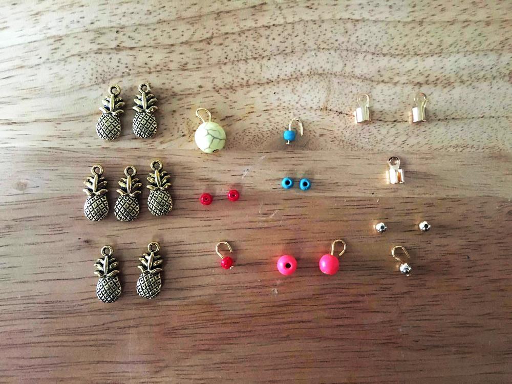 Coloca los beads en un headpin dejando una punta de aproximandamente 1/2 pulgada y cierra con un loop. Esto es para que el cordón pueda caber en el loop. Las piñas le puse un Jump Ring para poder ponerlas en las sandalias.
