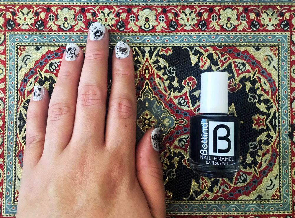 Paso 2: Arruga la bolsa. Con la brocha del esmalte pinta un poco la bolsa. Luego da toquesitos en la uñas para crear la primera capa del efecto.