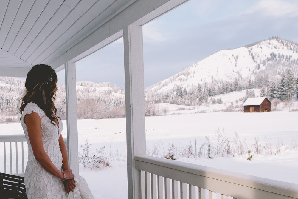 Cattle Barn Wedding in the Christmas Winter Snow | Cle Elum Wedding | Pacific Northwest Winter Wedding | Christmas Themed Wedding | Tida Svy Photography | www.tidasvy.com