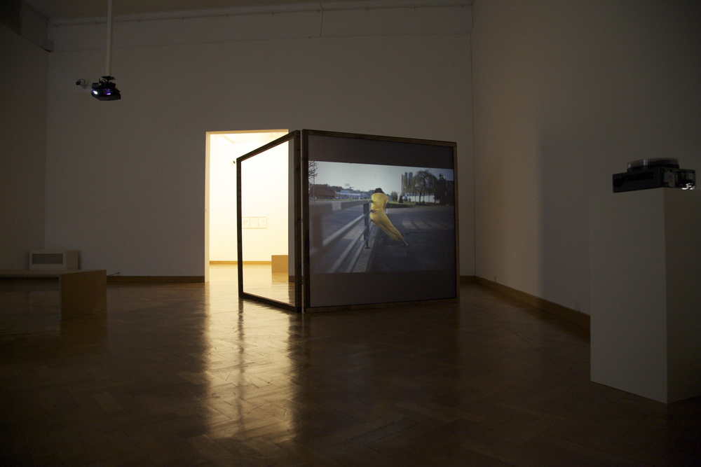 Anne Sylvie Henchoz, Conversation entre masses II, 2012, installation view, projection of slides on both sides screen, wooden structure of 186 x 186 cm.    Exhibition view Accrochage vaud 13, Musée des B  eaux-Arts, Lausanne, 2013.