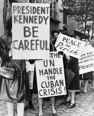 American women protesting the Cuban Missile Crisis in October of 1962. Photo: Phil Stanziola