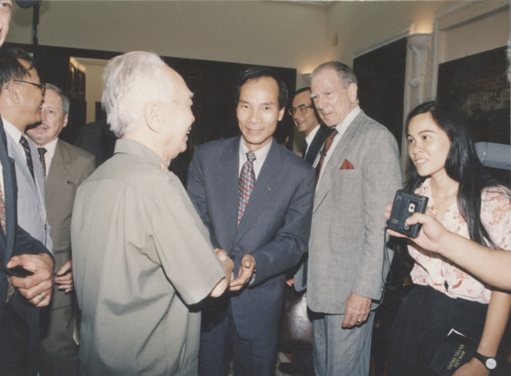 General Giap and Admiral Zumwalt 1994.jpeg