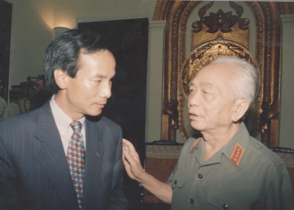 Ca Van Tran and General Giap 1994.jpeg