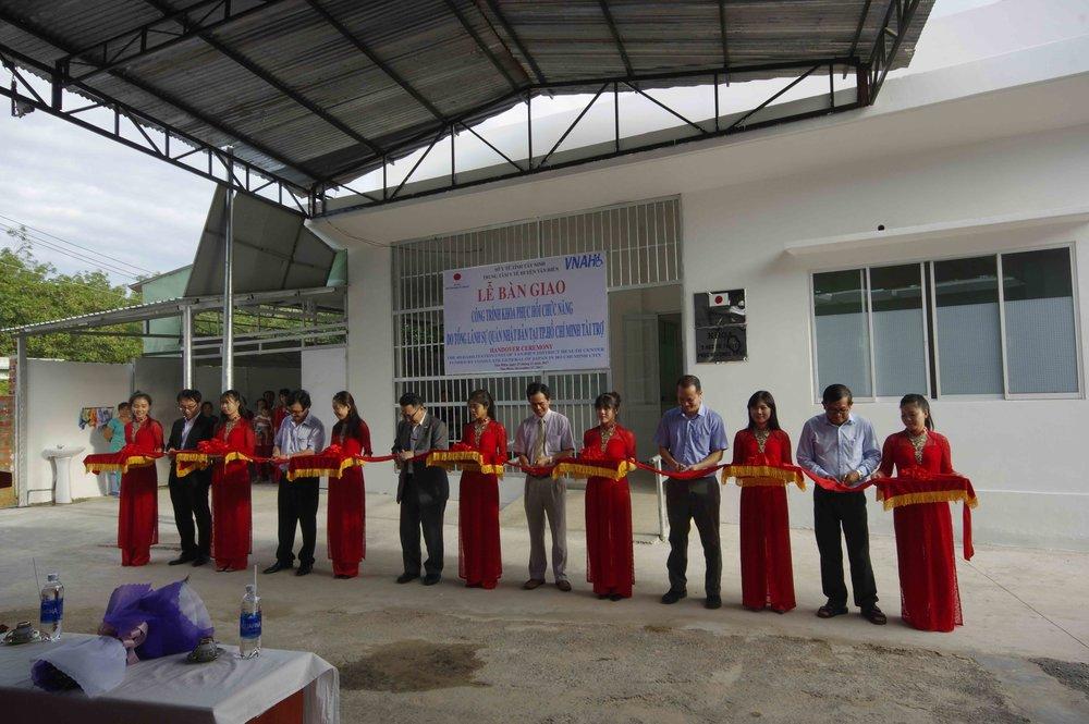 Japan Consul General in HCMC Jun-Ichi Kawaue (fifth from left) at the Ribbon Cutting/Tổng lãnh Sự Nhật Bản cắt băng khánh thành Khoa PHCN