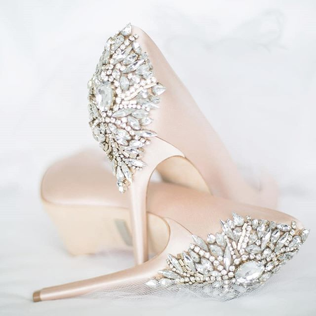 Say... Yessss... to pretty and sparkly high heels shoes! 🍃
