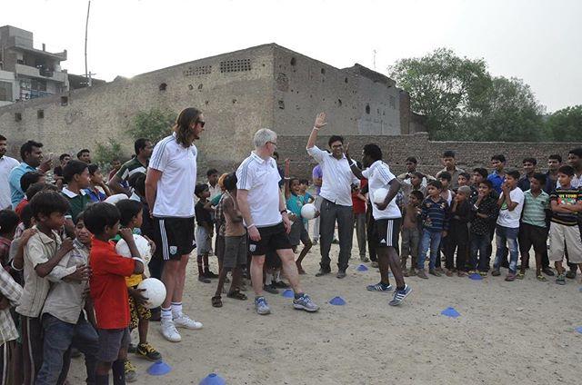 @jonasolsson3 coaching kids from the Bapu School #footballforhealth #breatheeasyindia