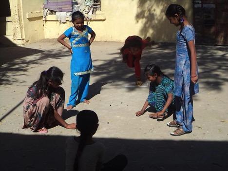 Der er også tid til leg.Der er i slutningen af 2015 installeret et vandrensningsanlæg på hostel, så der er rent drikkevand til både piger og drenge.
